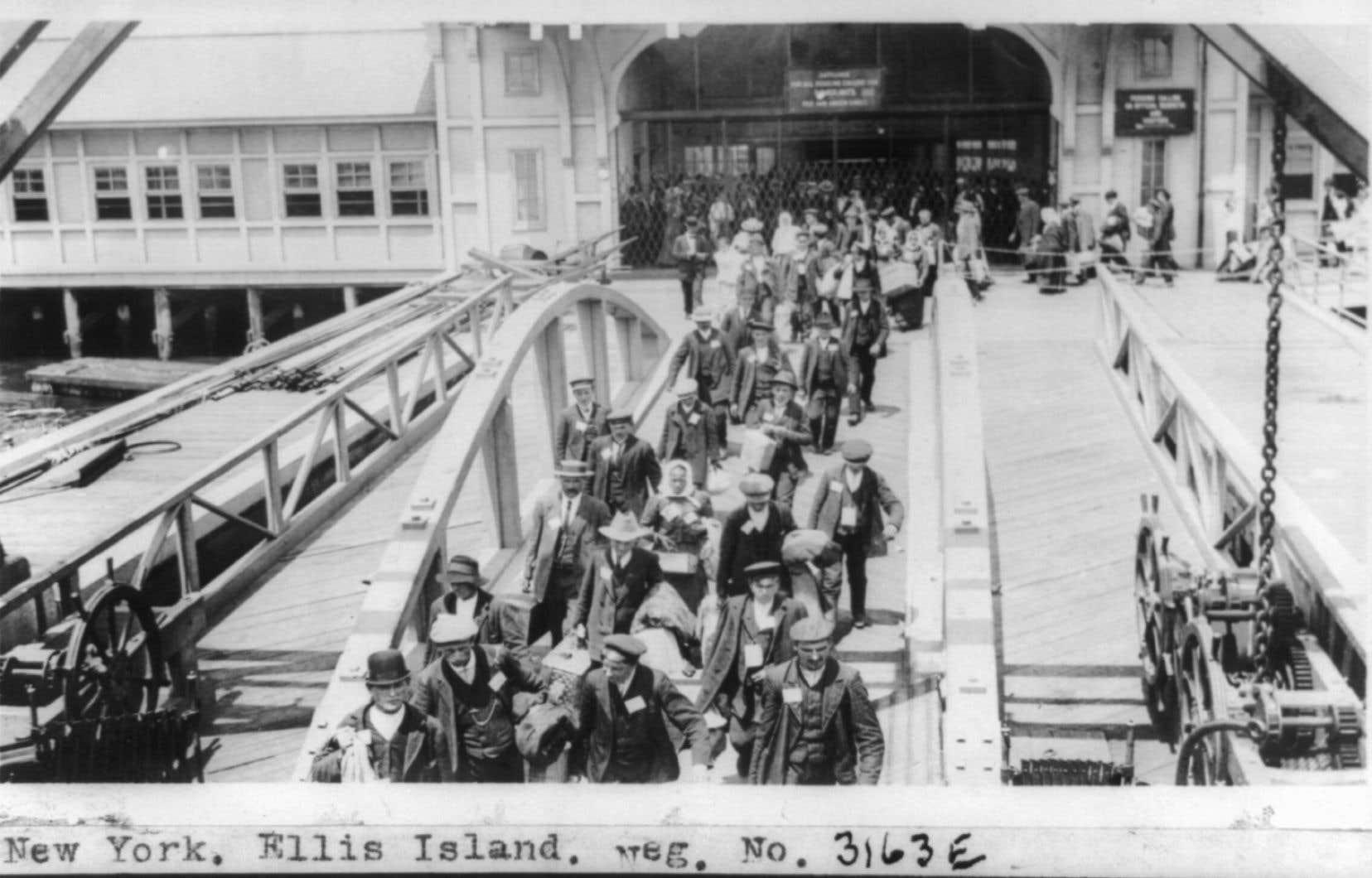 Lors d'un récent voyage à New York, les photos d'émigrants italiens amarrés à Ellis Island en1910 ont ébranlé Jeanne Benameur, dont les parents et les grands-parents maternels italiens ont émigré eux aussi.
