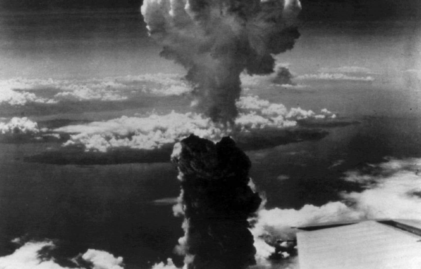 L&rsquo;explosion de la premi&egrave;re bombe atomique sur le Japon soul&egrave;ve dans Le Devoir un commentaire maison intitul&eacute; &laquo;La bombe atomique: nouvelle arme des Alli&eacute;s contre le Japon&raquo;, r&eacute;dig&eacute; par le journaliste Paul Sauriol, qui met en exergue &laquo;le probl&egrave;me moral que pose cette d&eacute;couverte&raquo;.<br />