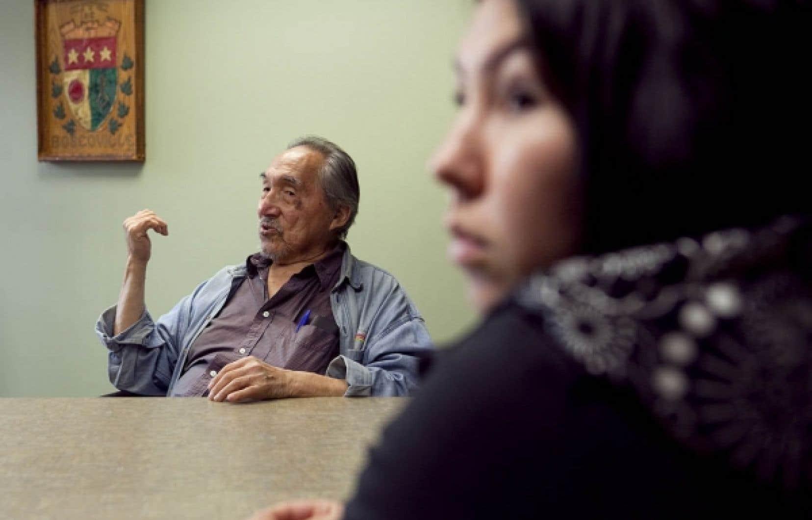 Imaapik Partridge, un aîné originaire de Kuujjuaq, et Rebecca Kasudluak, une jeune Inuite d'Inukjuak installée à Montréal depuis deux ans, accompagnent les jeunes Inuits.<br />