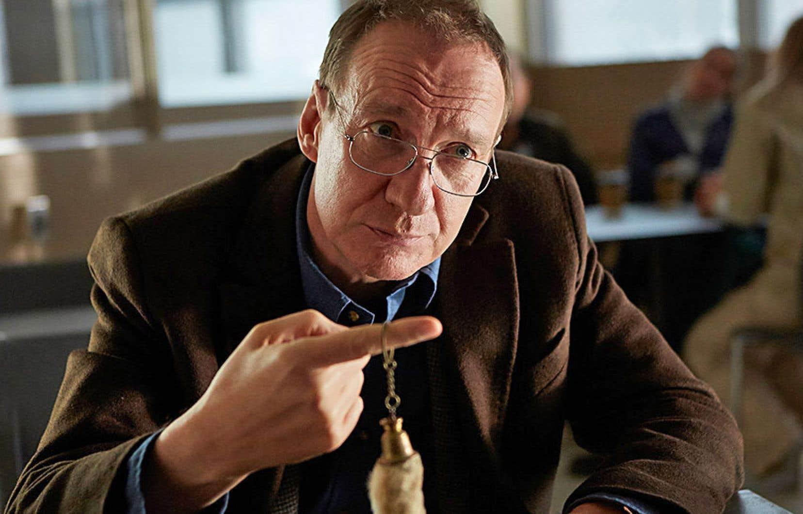 Le Britannique David Thewlis est excellent dans la peau d'un père névrosé, inspecteur sanitaire de restaurants, dont le lien qui l'unit à sa fille multitraumatisée et emprisonnée pour une fausse histoire d'abus sexuel apparaît tissé de nœuds.