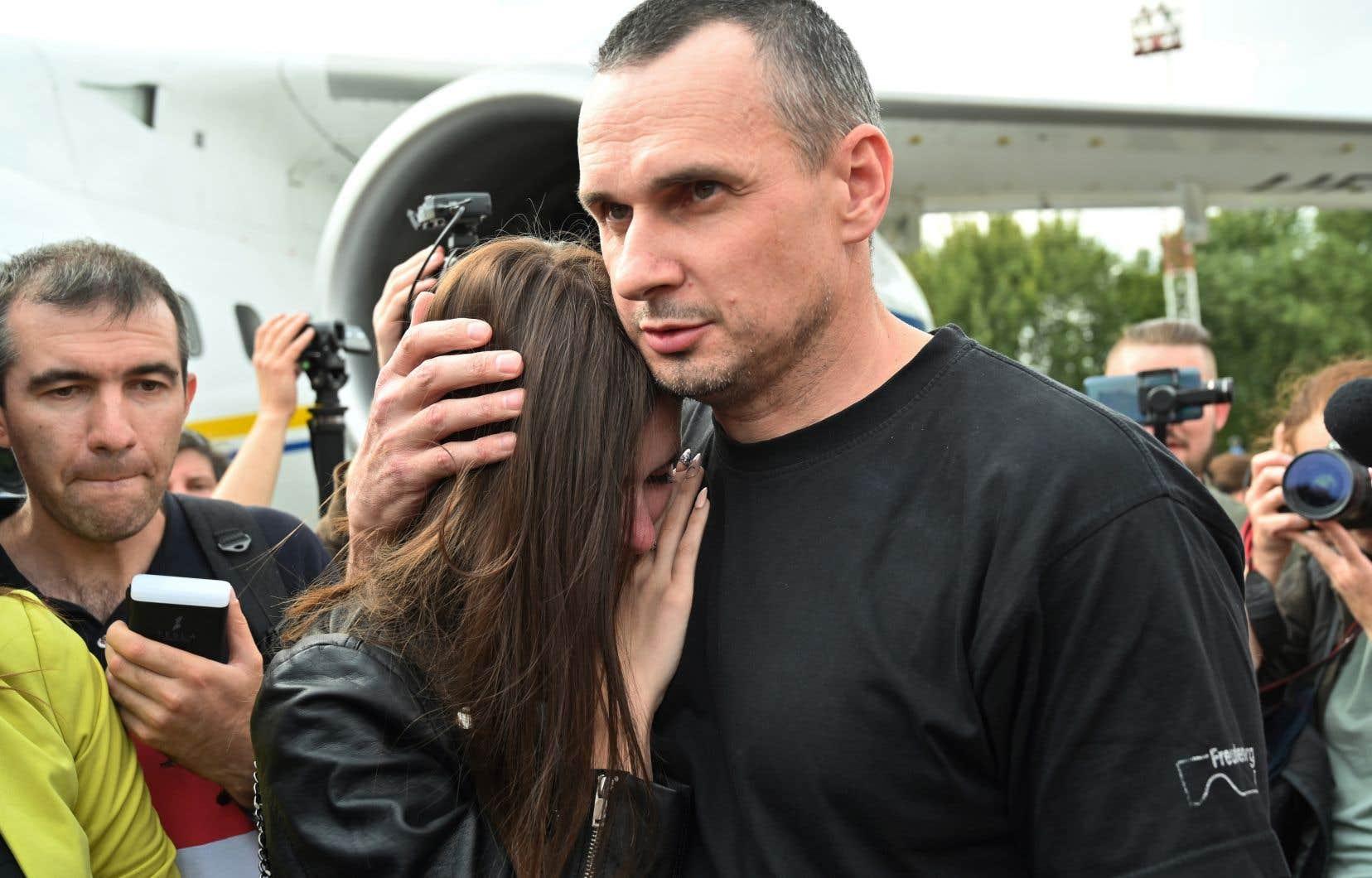 <p>Le cinéaste ukrainien Oleg Sentsov, dont la libération était exigée par la communauté internationale, a été libéré parmi les 70 ex-prisonniers. Il était enfermé depuis 2014après avoir protesté contre l'annexion de la Crimée.</p>