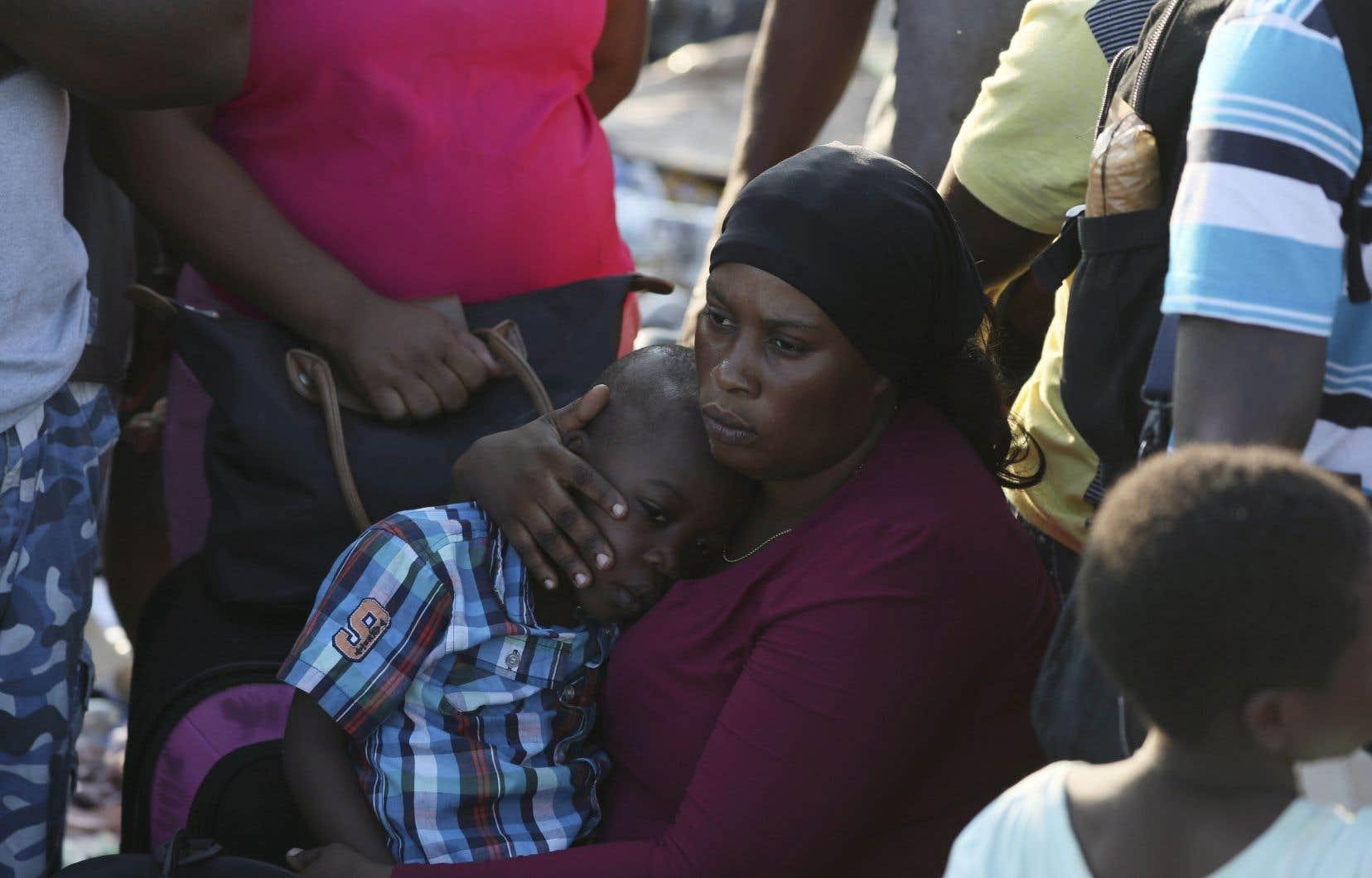 Samedi matin, plusieurs centaines de personnes, dont beaucoup d'immigrés haïtiens, attendaient toujours à Marsh Harbour, sur l'île de Great Abaco, dans l'espoir de quitter la zone sinistrée.