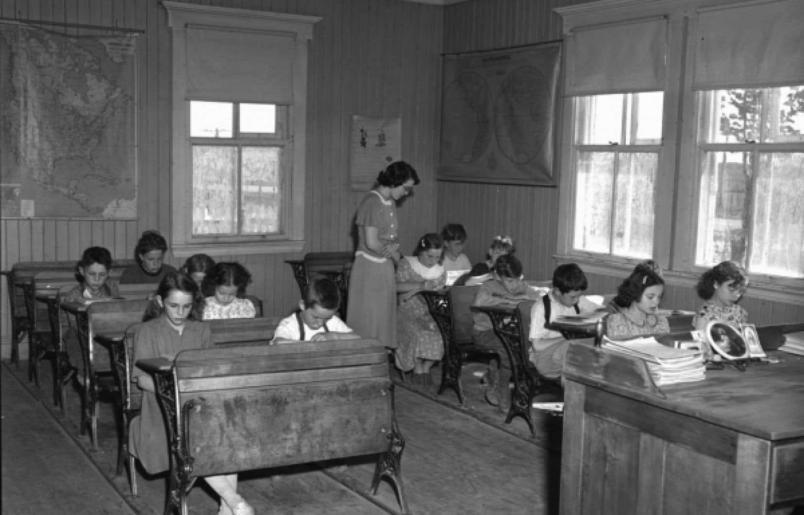 Pendant les années 50, écrit Jacques Godbout, l'école était gratuite et obligatoire jusqu'à l'âge de 16 ans, mais la majorité des Canadiens français ne terminait pas neuf ans d'études.<br />