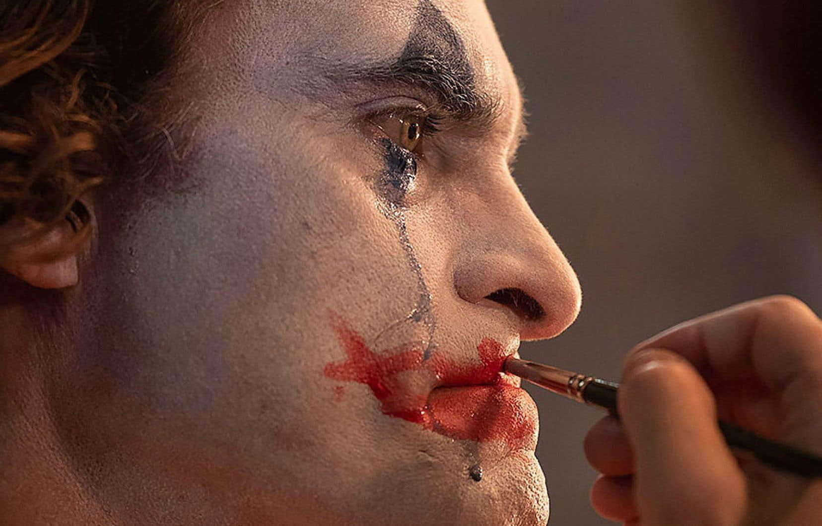 On imagine mal qui d'autre que Joaquin Phoenix aurait pu porter avec plus de charisme ce bouleversant personnage de clown, maltraité par tous, juché sur son enfance brisée, qui se met finalement à trucider tout ce qui bouge.