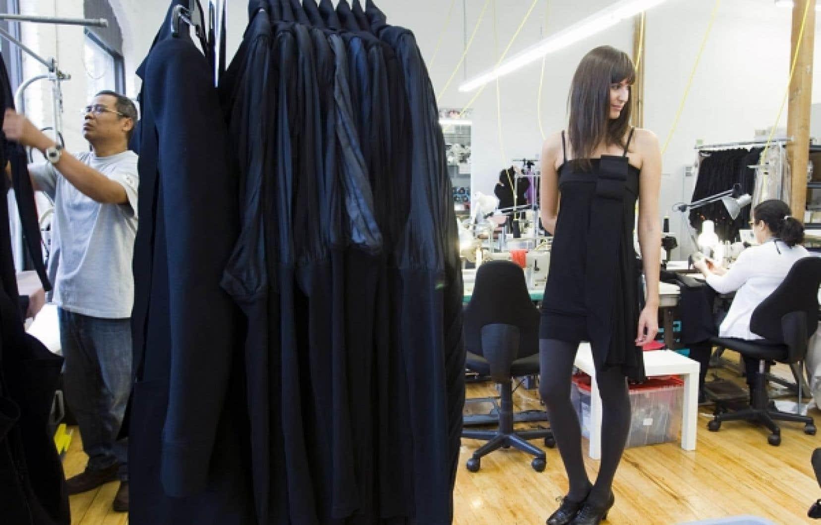 Dans l'atelier de Marie Saint Pierre, une serveuse porte une création de la designer. <br />