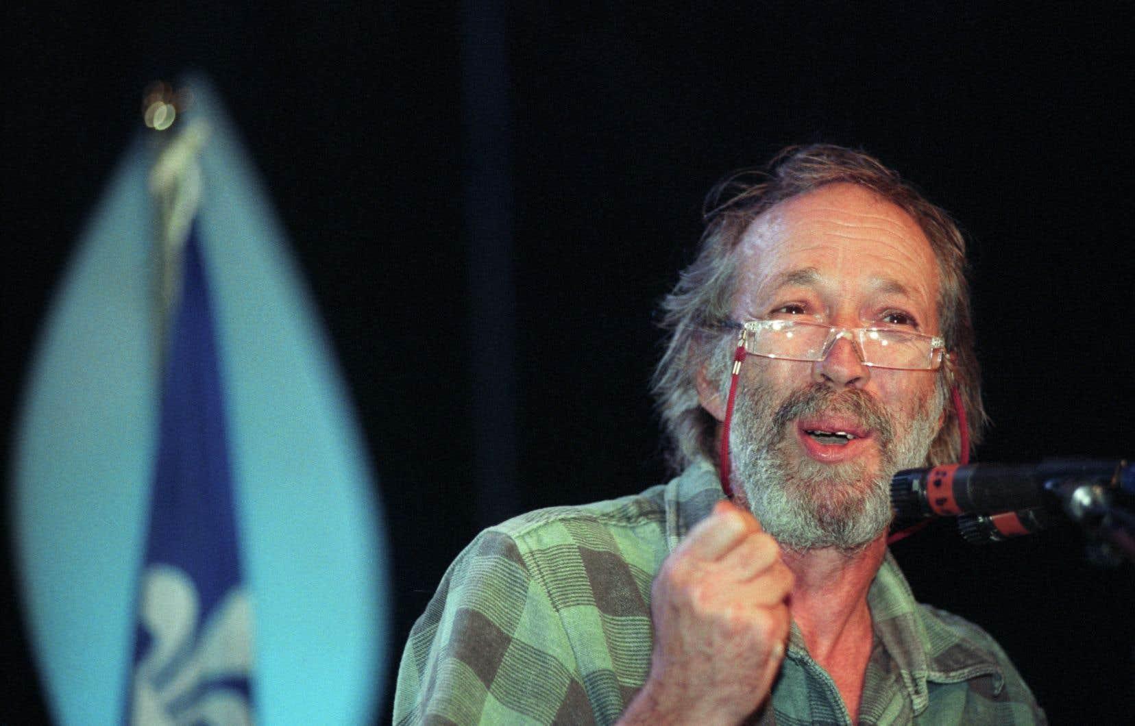 Pierre Falardeau lors d'un rassemblement sur la souveraineté au Medley en décembre 2001