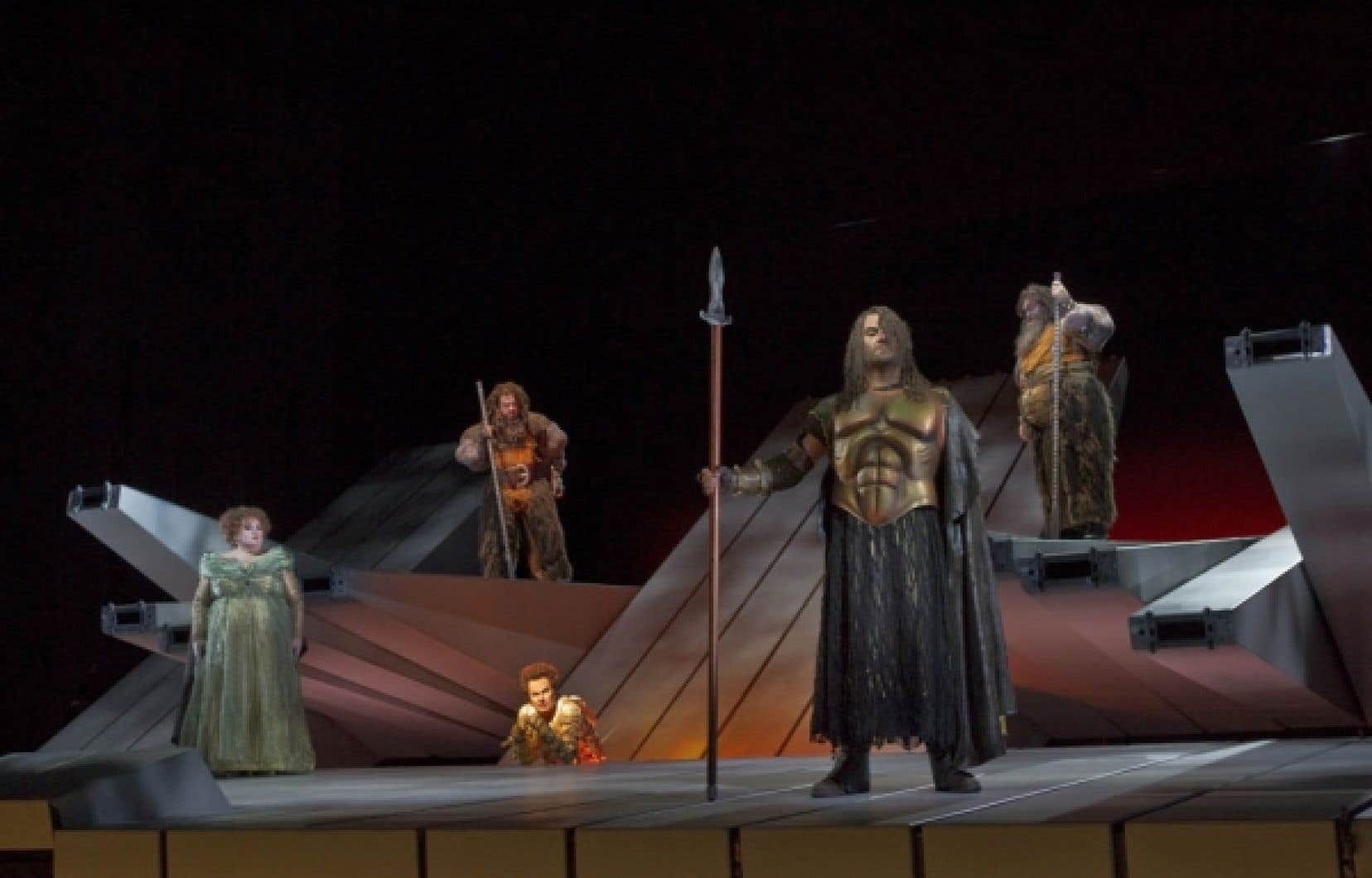 Wotan (Bryn Terfel) et Fricka (Stéphanie Blythe) sous le regard des géants et de Loge, dieu du feu, personnage central de Das Rheingold vu par Robert Lepage.<br />