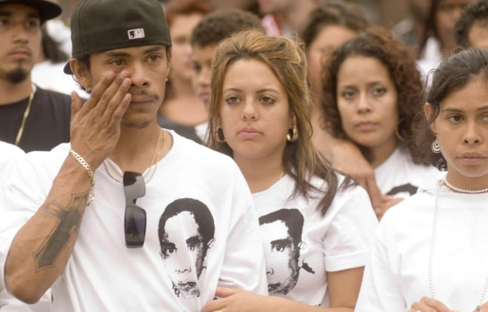 Des jeunes de Montr&eacute;al-Nord comm&eacute;moraient le premier anniversaire de la mort de Fredy Villanueva, en ao&ucirc;t 2009.<br />