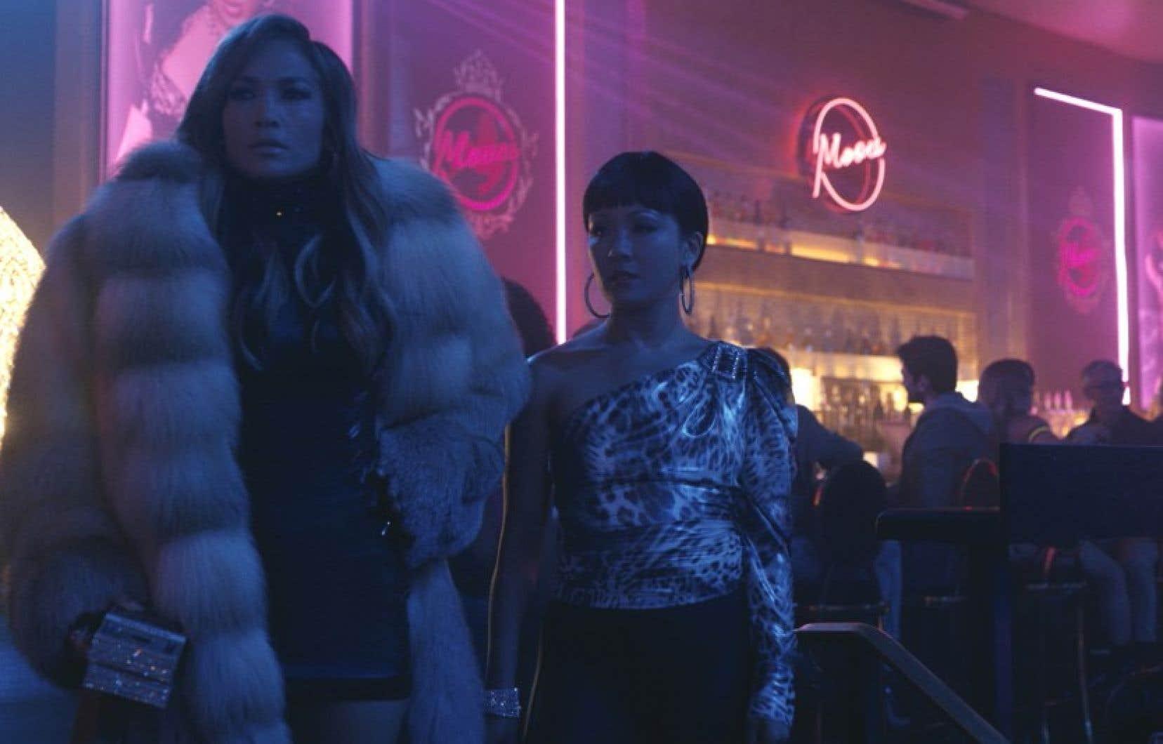 Ramona (Jennifer Lopez) prend Destiny (Constance Wu, à droite) sous son aile.