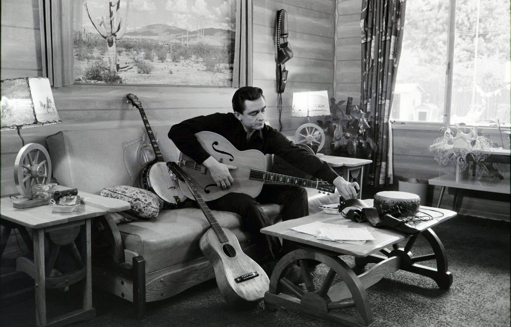 Johnny Cash dans sa maison en Californie, 1960.