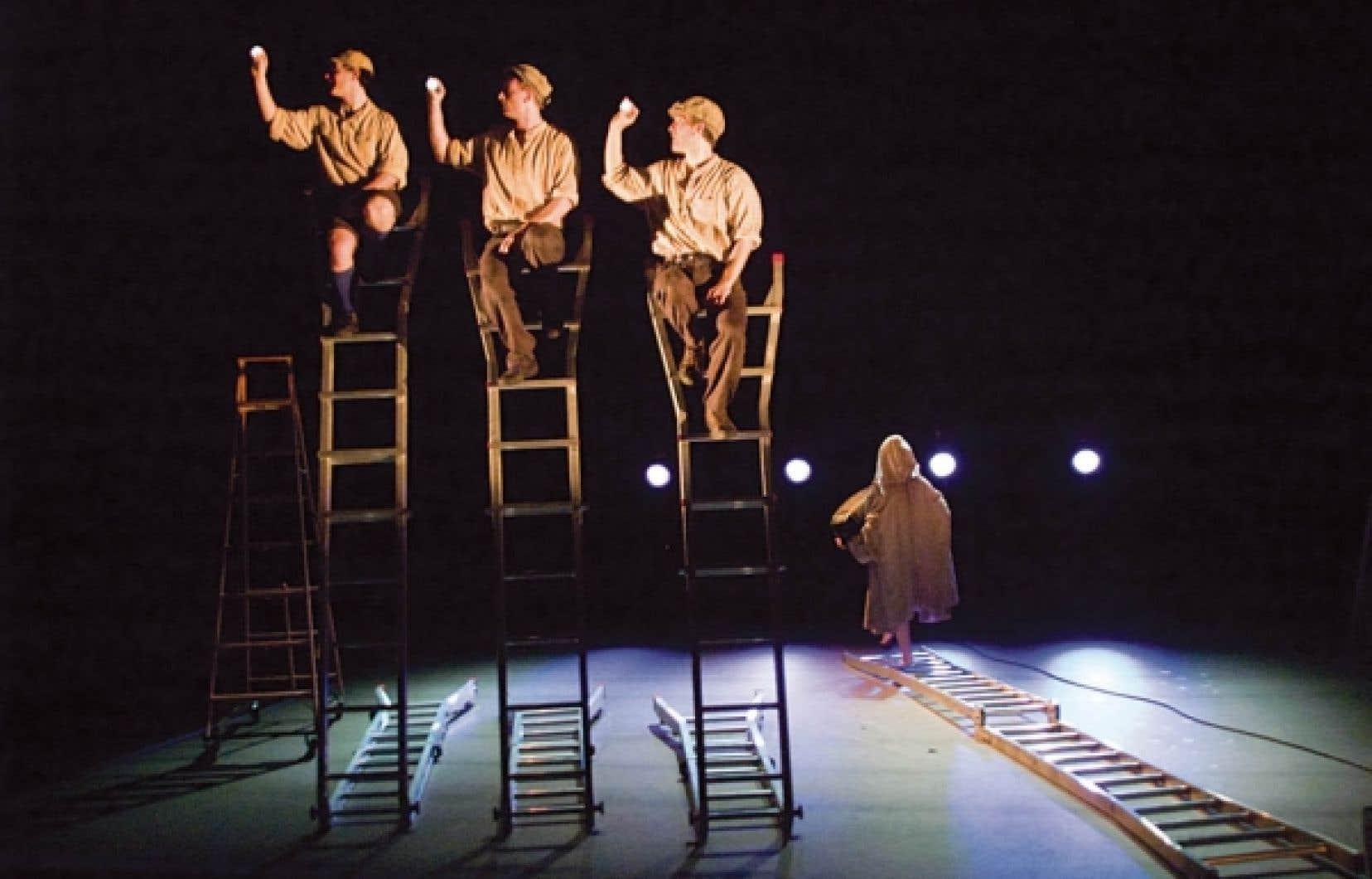 Des escabeaux, parce que L'Envol de l'ange est un spectacle de mouvement acrobatique, une forme inventée par le DynamO il y a plus d'un quart de siècle.<br />