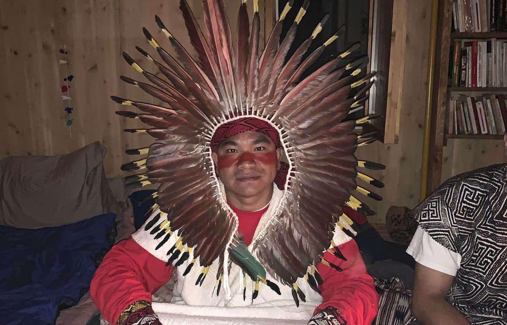 Bane, chaman brésilien officiant dans une cérémonie d'ayahuasca récemment. Le thé de vérité est consommé sous supervision et après qu'on a répondu à un questionnaire de santé.