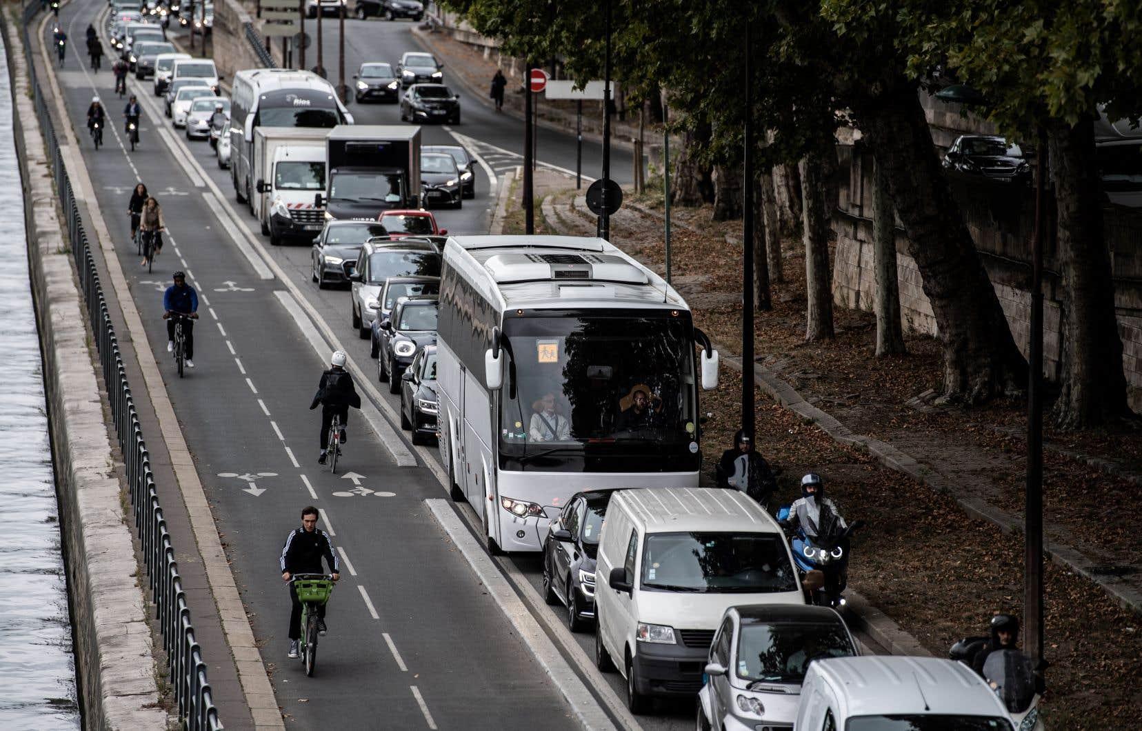 La capitale française et sa région ont été fortement perturbées vendredi par une grève massive dans les transports pour protester contre un projet de réforme des retraites.