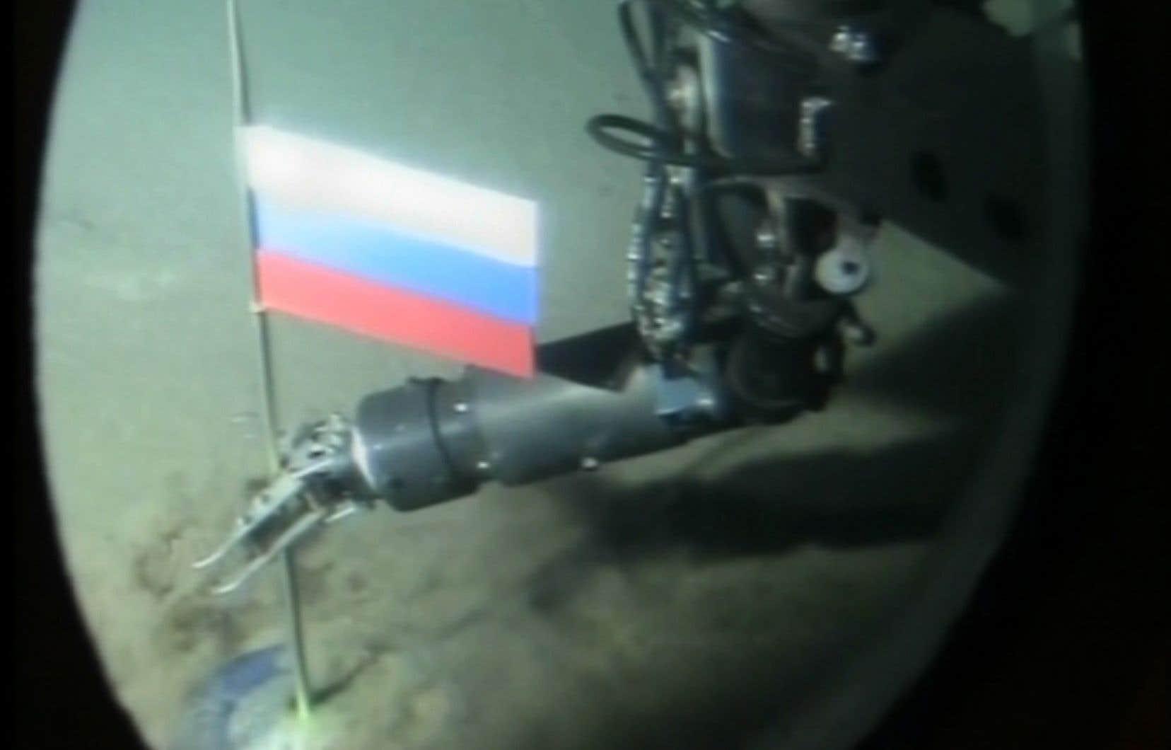 «Le Kremlin démontre une volonté grandissante de dominer l'Arctique, où la Russie est en compétition avec le Canada», écrit Sergey Sukhankin, l'auteur de l'étude. Sur la photo, des images télévisées d'un mini sous-marin télécommandé plantant une capsule avec le drapeau russeau pôle Nord, dans l'océan Arctique.