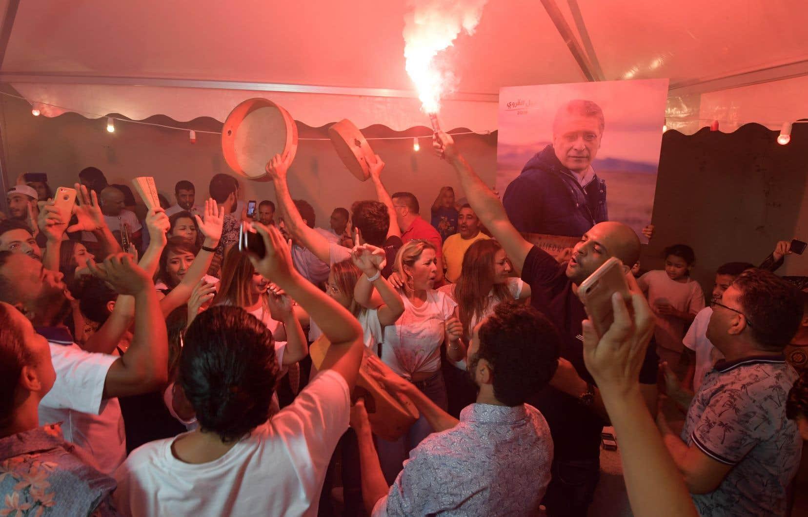 Despartisans du candidat emprisonnéNabil Karoui célèbrent le fait qu'il passerait au 2e tour des élections présidentielles tunisiennes.