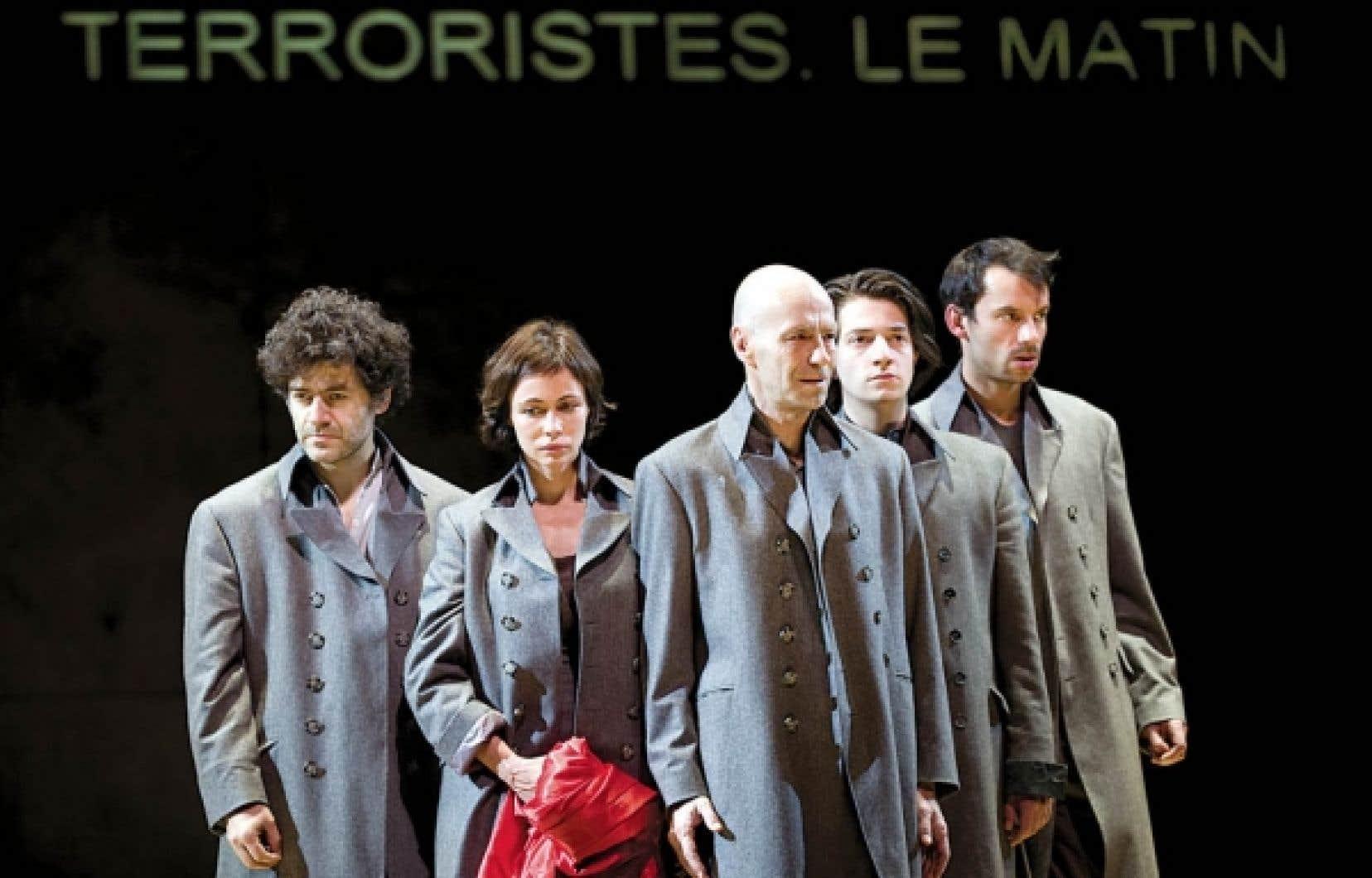 Sur scène, les comédiens — Wajdi Mouawad et Emmanuelle Béart, ainsi que le reste de la distribution étincelante — hachent le texte en une musique saccadée, parfois sèche et improbable.<br />