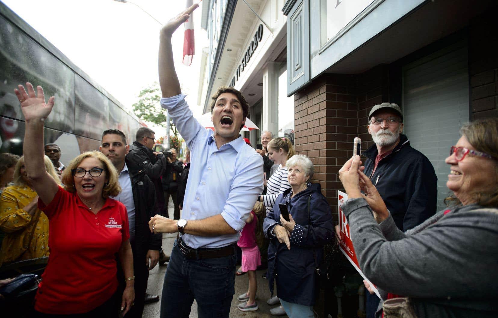 Sous le feu des critiques dimanche, l'équipe de Justin Trudeau avait plutôt salué l'effort du groupe anglophone d'enregistrer une chanson dans l'autre langue officielle du Canada.
