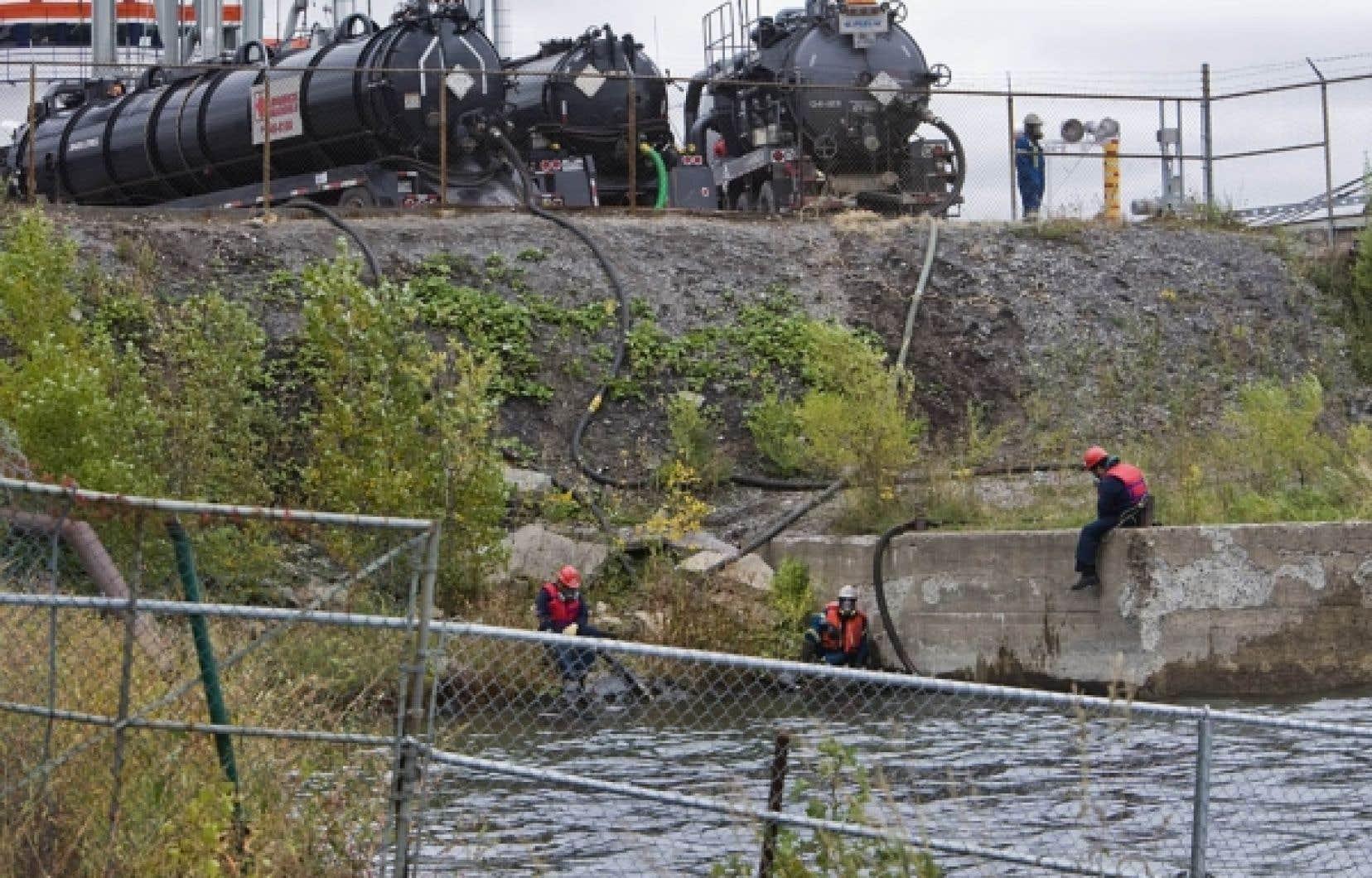 Des spécialistes s'affairaient hier à récupérer les 5500 litres de pétrole déversés dans le Saint-Laurent face aux quais 109 et 110 de Suncor-Petro Canada à Pointe aux-Trembles.<br />