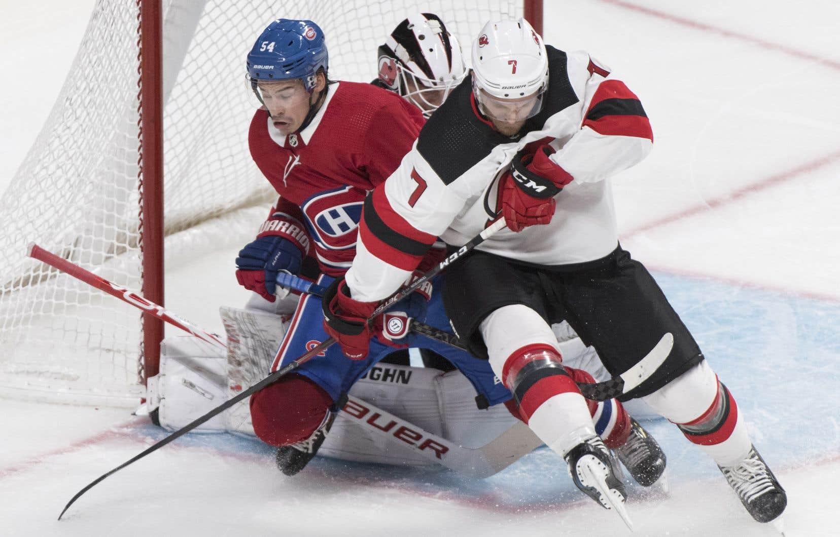 Charles Hudon a dû batailler contre le défenseur Matt Tennyson, des Devils du New Jersey, pour demeurer devant le filet adverse, lundi, dans le premier match préparatoire du Canadien de Montréal.