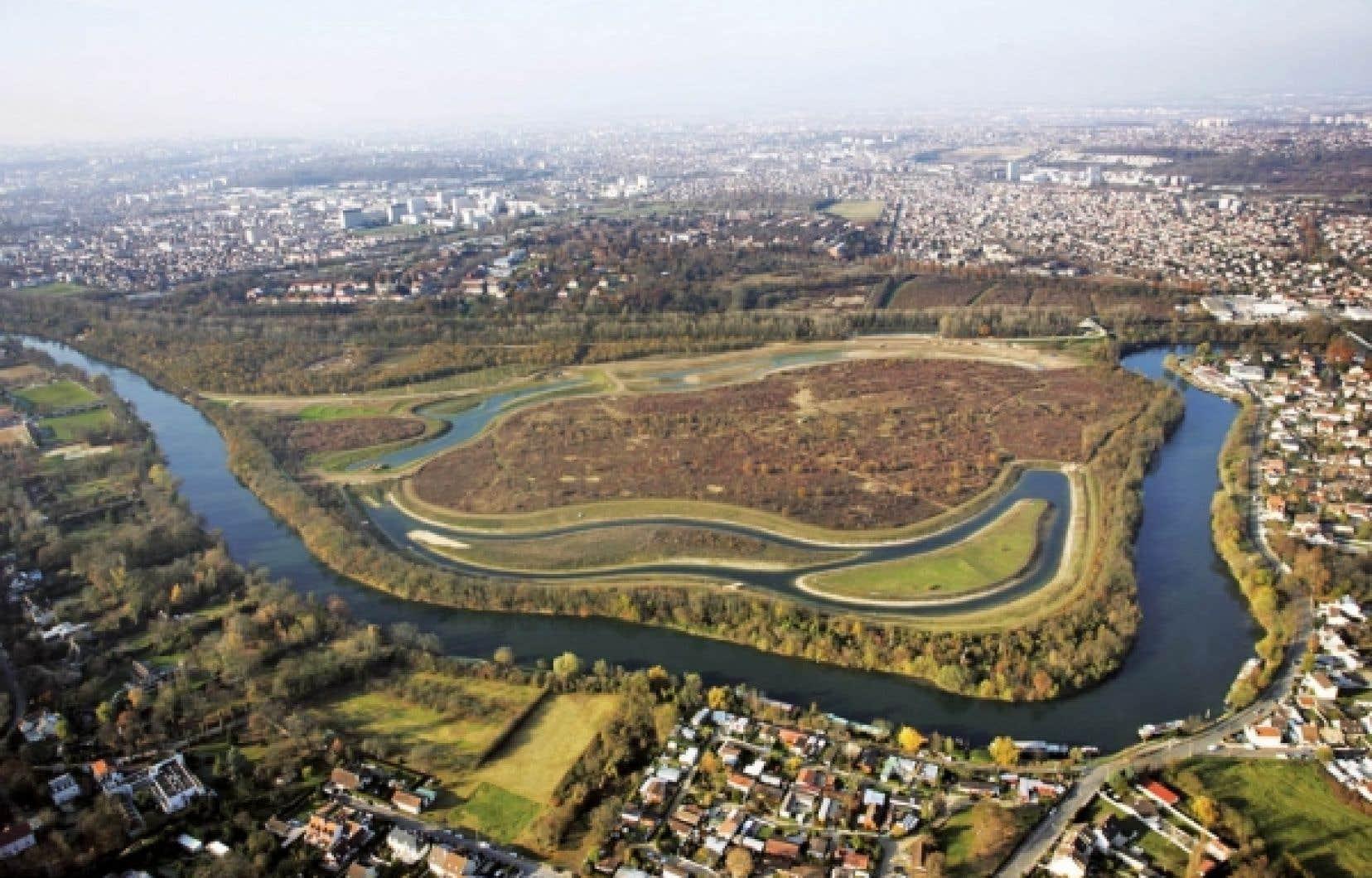 Vue aérienne récente du parc départemental de la Haute-Ile à Neuilly-sur-Marne, en Seine–Saint-Denis, dédié à la flore et la faune des milieux humides. Il est situé entre une boucle de la Marne et le canal de Chelles, et n'était plus cultivé depuis 20 ans.<br />