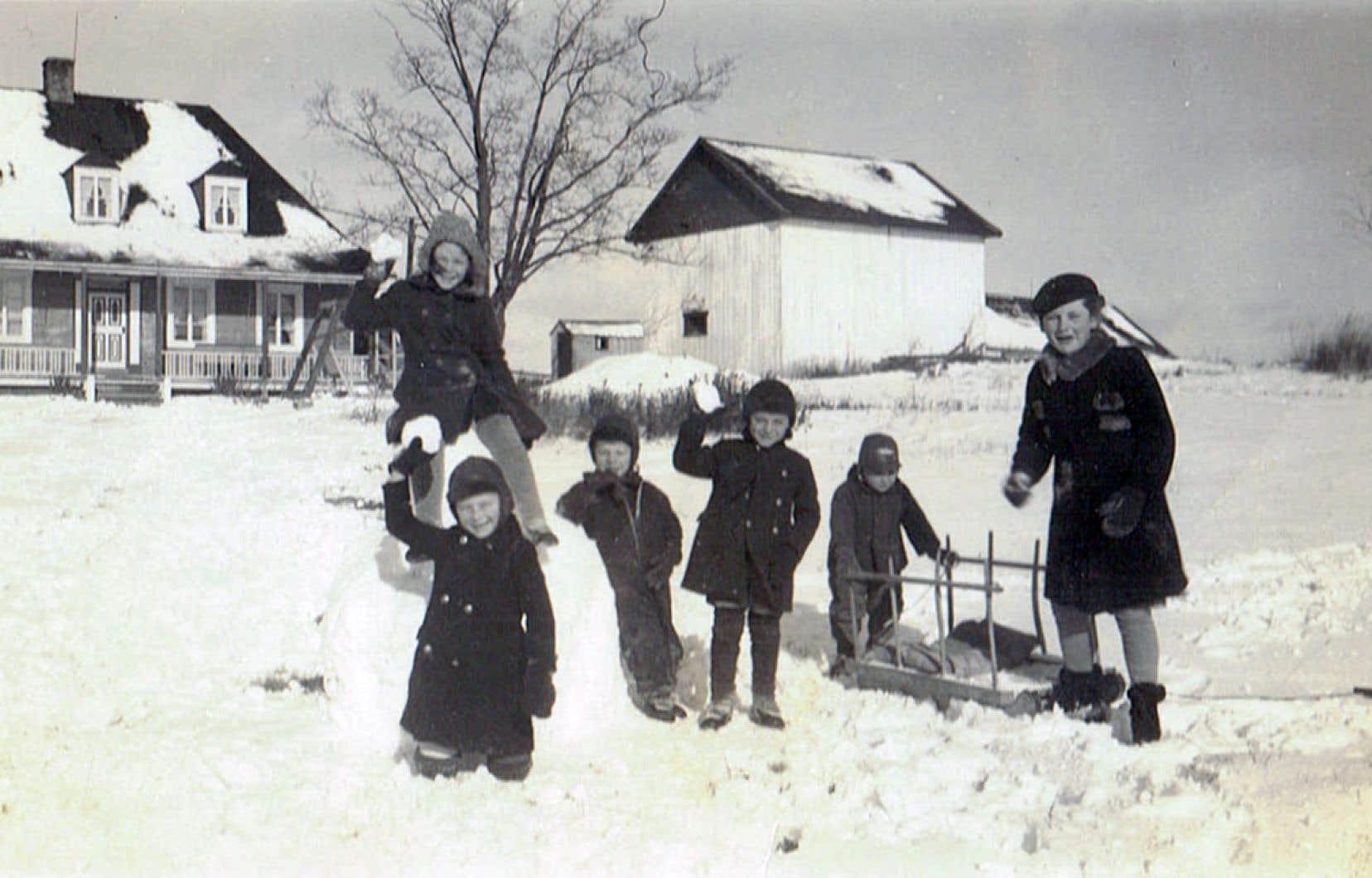 Scène d'hiver des années 1940 devant la maison Pasquier, une des plus anciennes demeures du Québec