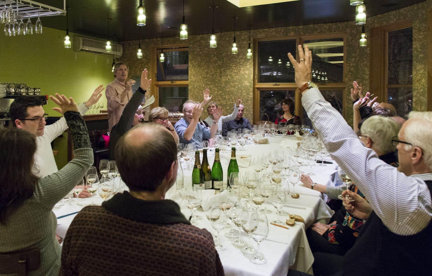 Après avoir regardé la robe du vin, humé ses arômes, dégusté et dégusté encore, que fait-on? On en parle, en long et en large! Et le vote pour élire le meilleur vin peut être serré!