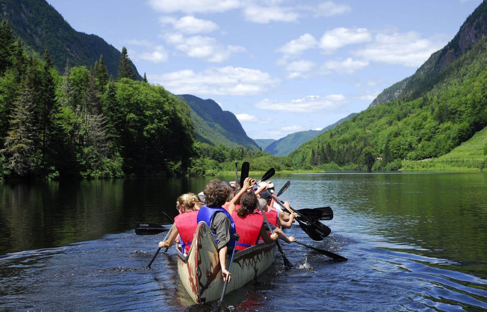 Il est possible de descendre la rivière Jacques-Cartier en canot, en kayak ou, comme sur la photo, à bord d'un rabaska.