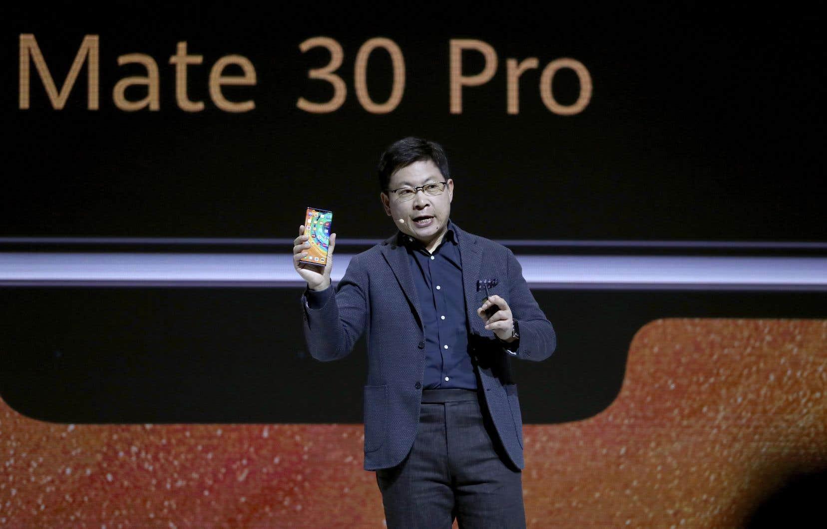 «À cause de l'interdiction américaine sur certains téléphones, GMS [Google Mobile Services, une série d'applications développées par Google]ne peut pas être pré-installée et nous proposons HMS[Huawei Mobile Service]», a annoncé le p.-d.g. de Huawei, Richard Yu.