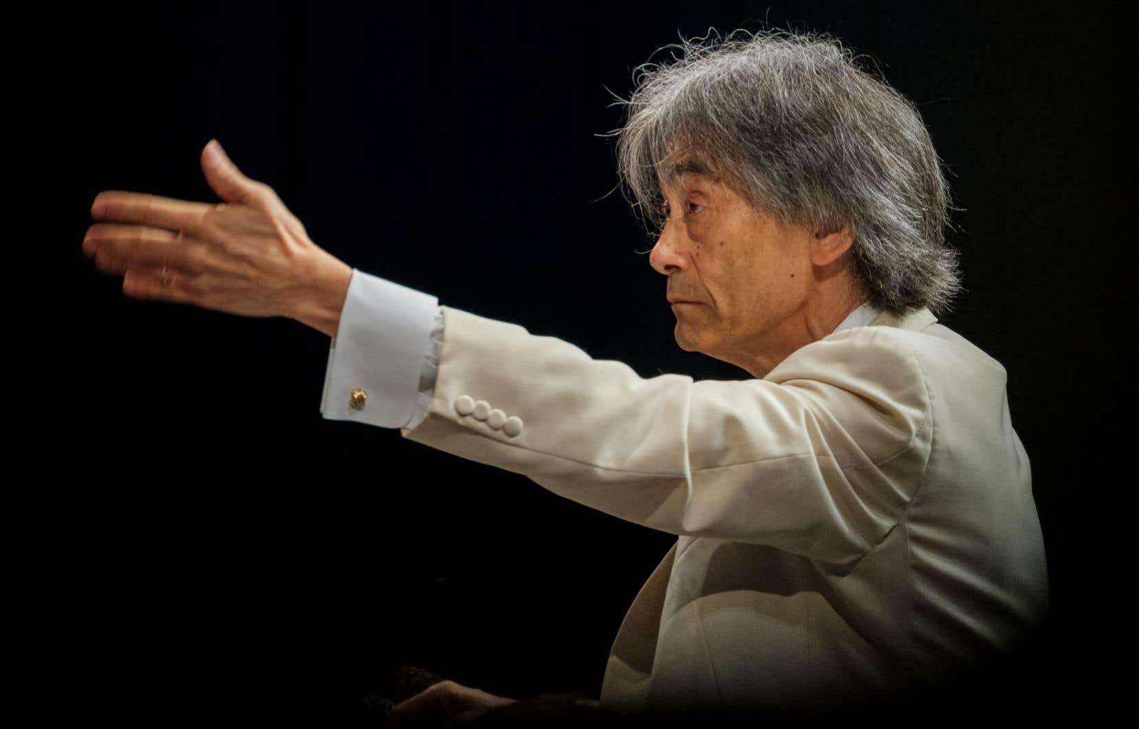 L'idée de Kent Nagano d'opposer sur scène les deux sections de violons est excellente, de même que celle d'envoyer sur la gauche les contrebasses et violoncelles, ce qui augmente légèrement le rendement des fréquences graves dans la salle.
