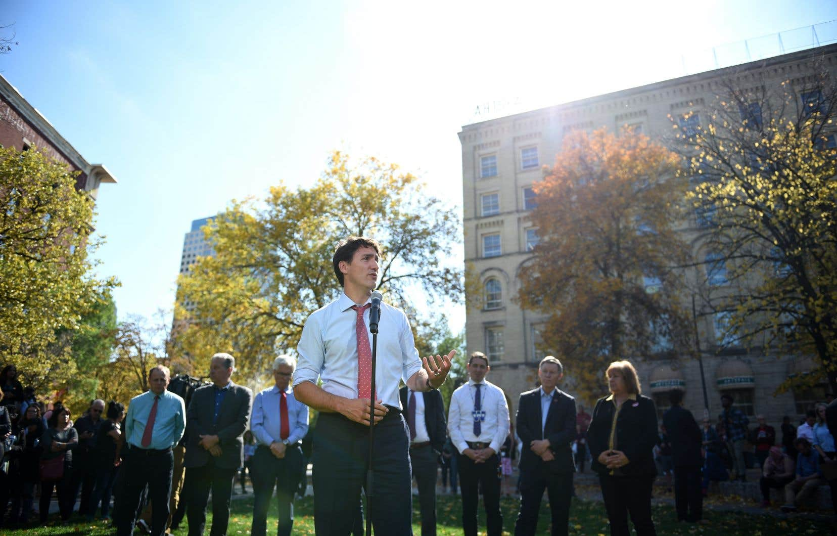Le premier ministre sortant et chef libéral, Justin Trudeau, réitère ses excuses jeudi à Winnipegdevant les journalistes après la publication de photos du passé où il apparaît avec un blackface.