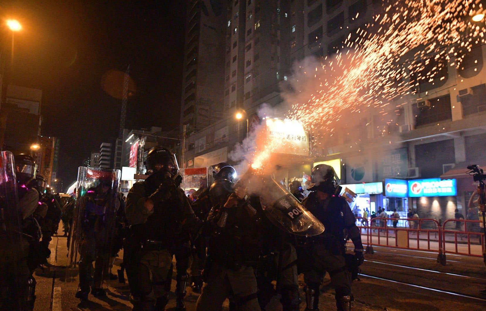Samedi en début de soirée, des militants continuaient cependant à jouer avec les policiers au jeu du chat et de la souris dans les rues.