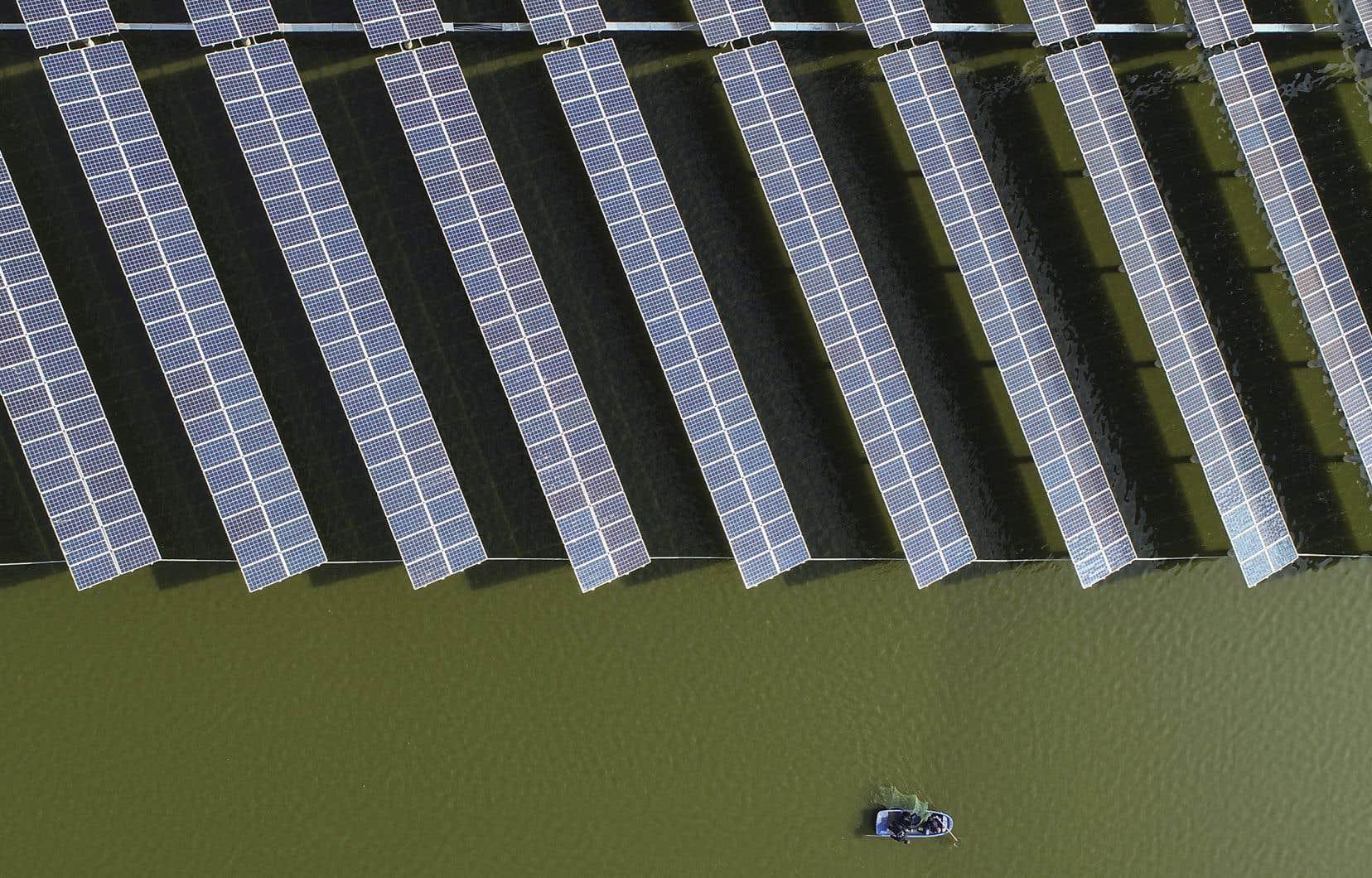 Si la Chine développe très rapidement sa capacité de production d'énergie propre, elle investit toujours dans le développement de centrales au charbon, le pire combustible fossile possible. Sur cette photo: des panneaux solaires côtoient un étang de pisciculture dans la province du Jiangsu, en Chine.