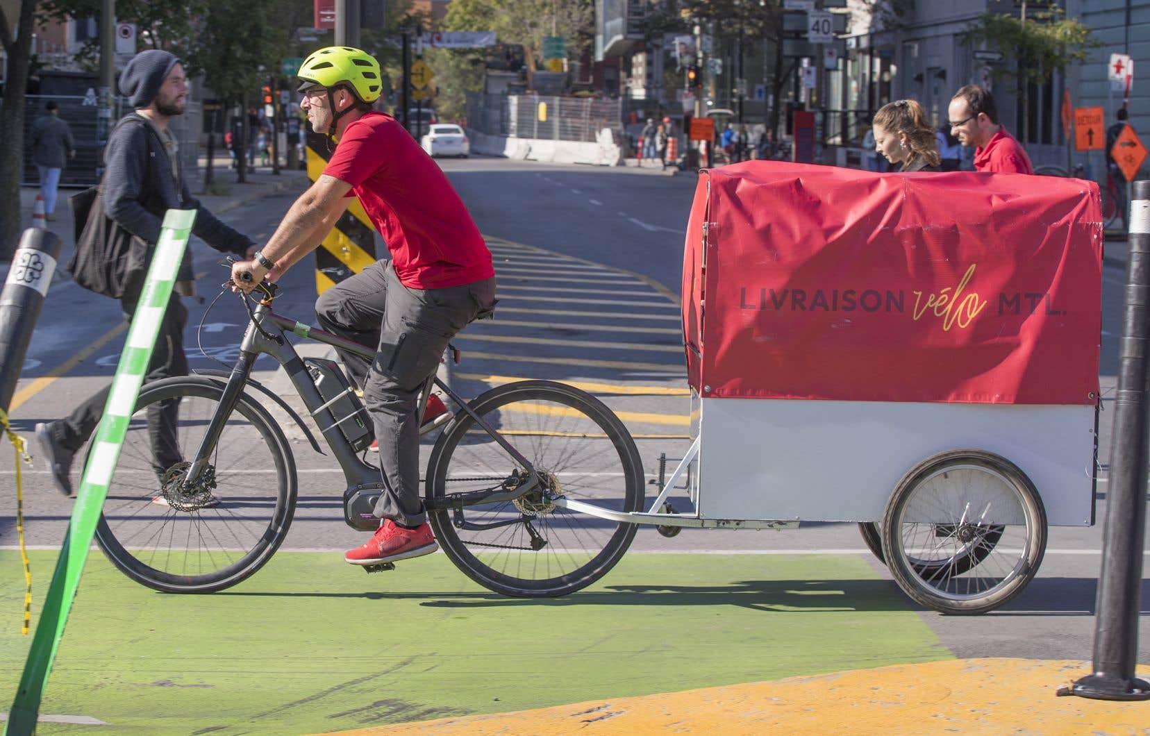 Les vélos-cargos — sur lesquels les livreurs pédalent en étant aidés par un moteur électrique — peuvent transporter jusqu'à 180 kilos de cargaison.