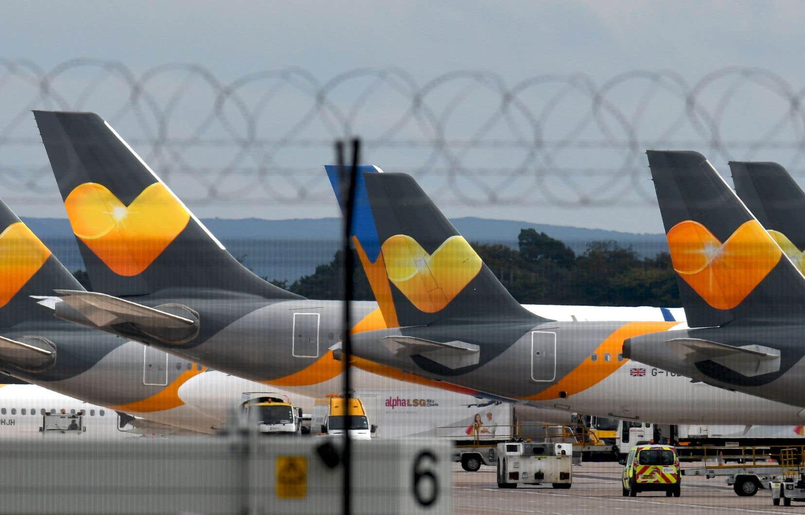 Des avions de l'entreprise Thomas Cook sur le tarmac de l'éroport de Manchester, en Angleterre, lundi