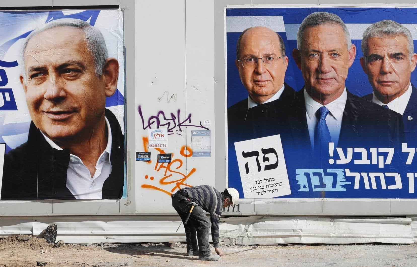 Une pancarte électorale du Likoud de Benjamin Nétanyahou (à gauche) côtoie une affiche de l'alliance Bleu-blanc de Benny Gantz à Tel-Aviv.