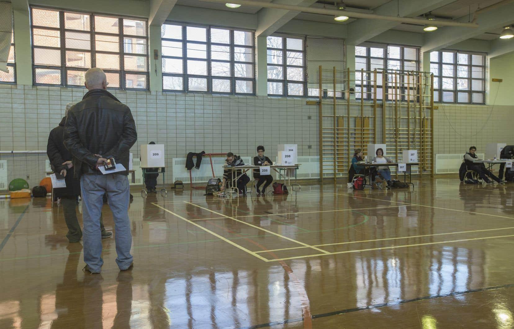 La très faible participation aux élections scolaires est prétexte à forcer un débat sur les structures scolaires, affirme l'auteur.