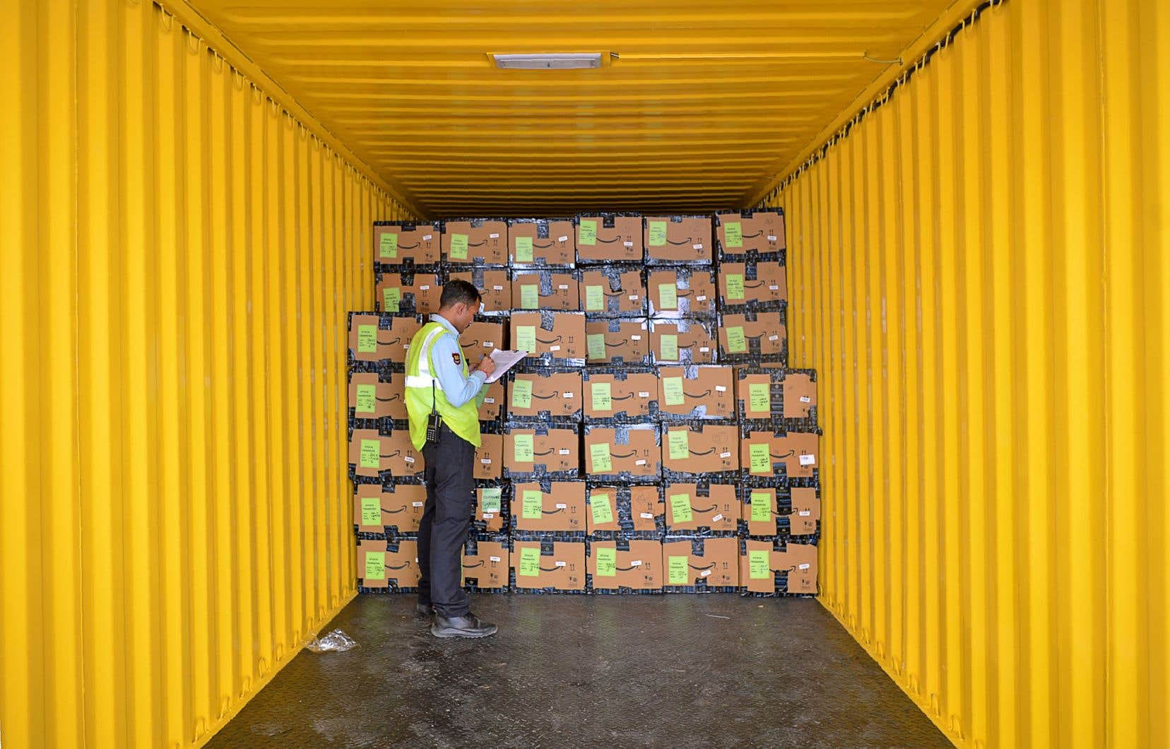 Un employé d'Amazon India vérifie des produits en vue de leur livraison.