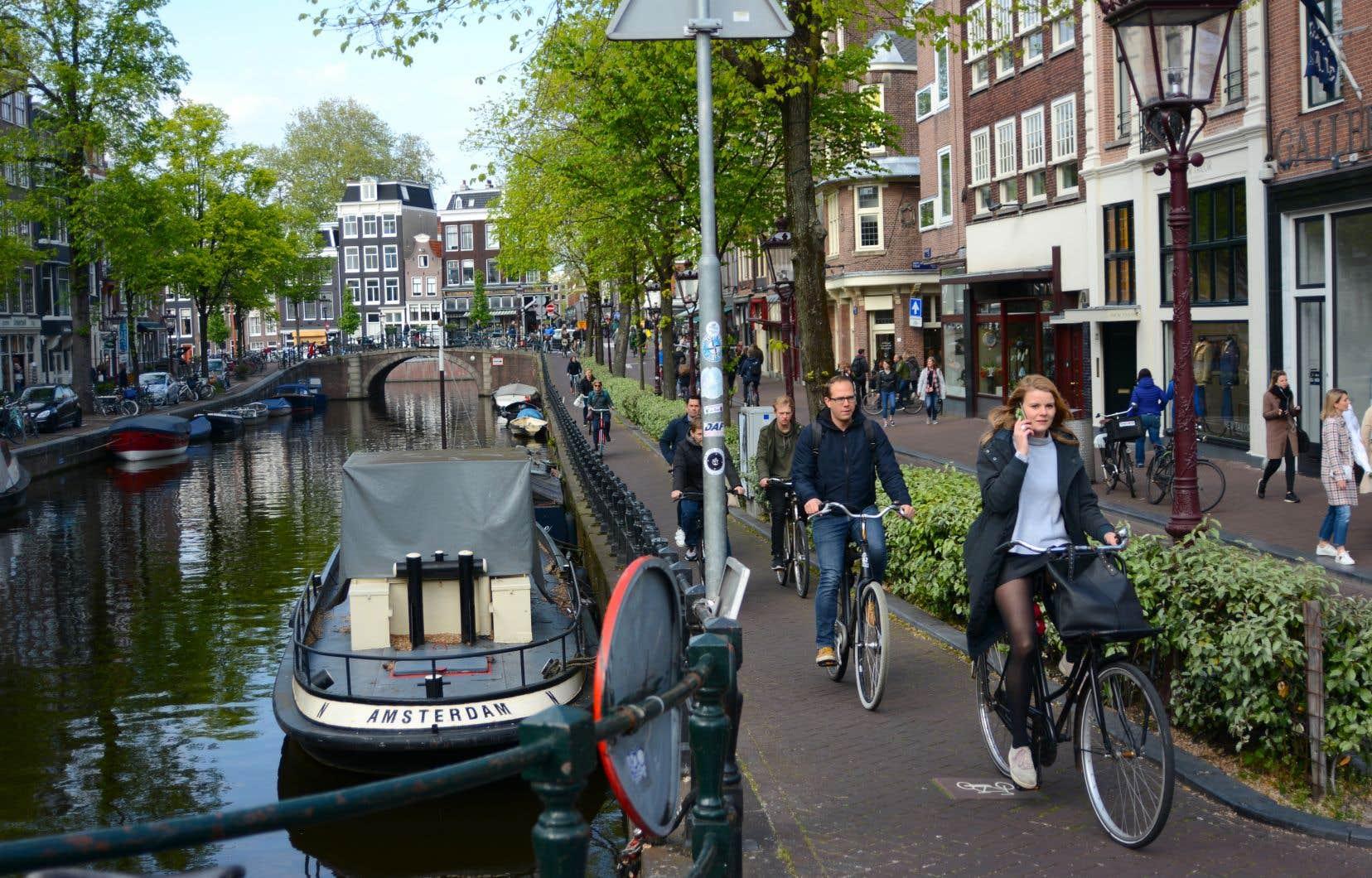 Près de 60% de la population d'Amsterdam âgée de 12ans et plus enfourche un vélo chaque jour, dans un milieu urbain entièrement aménagé pour ce moyen de transport.