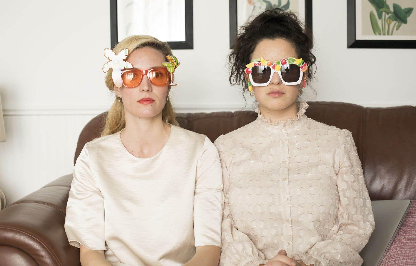 Les adorables sœurs Desbiens qu'incarnent avec autant de fraîcheur que d'aplomb Évelyne Brochu et Virginie Fortin.