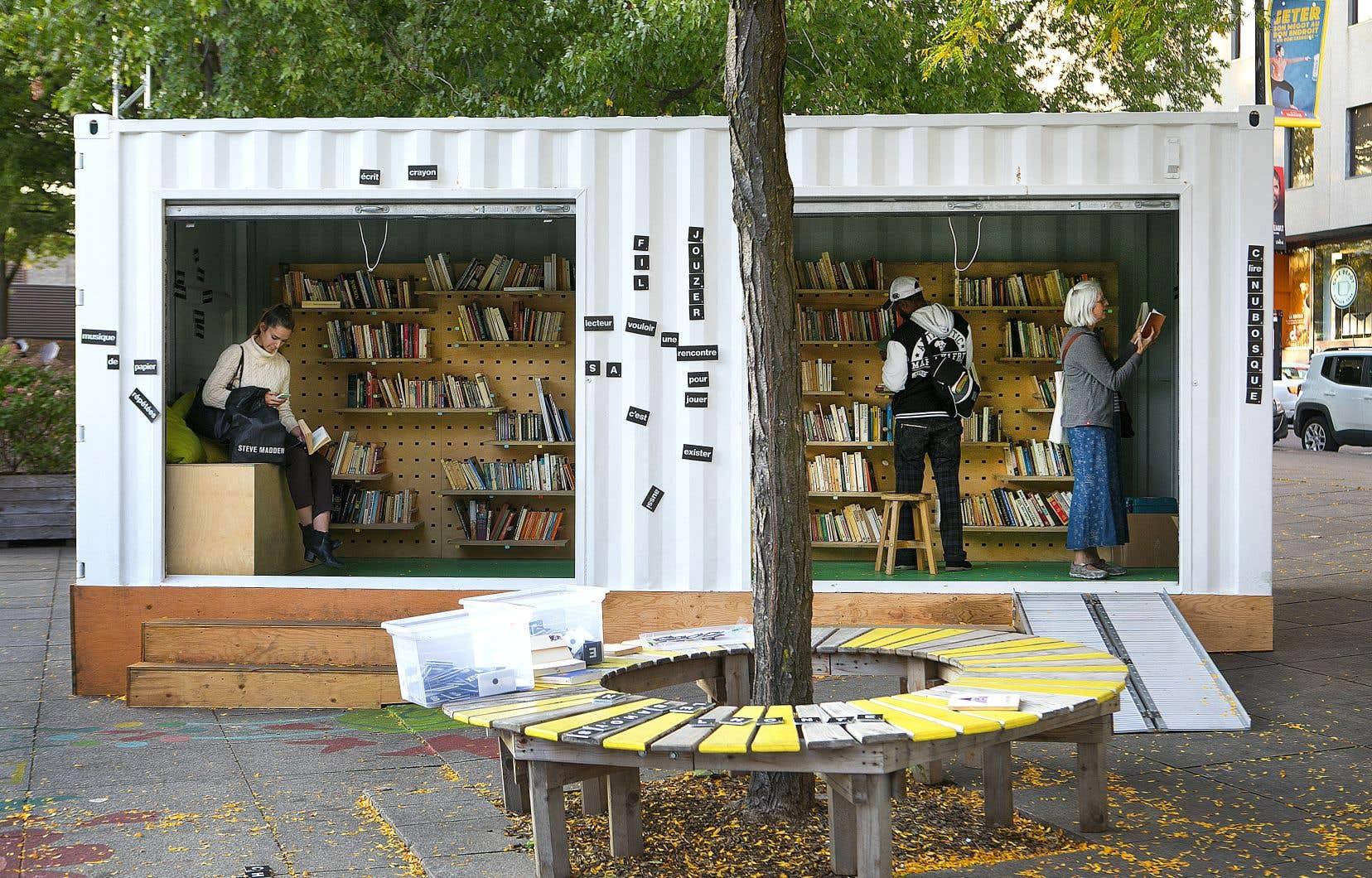 Aux Jardins Gamelin à Montréal, se dresse une bibliothèque éphémère installée par l'organisme Exeko.