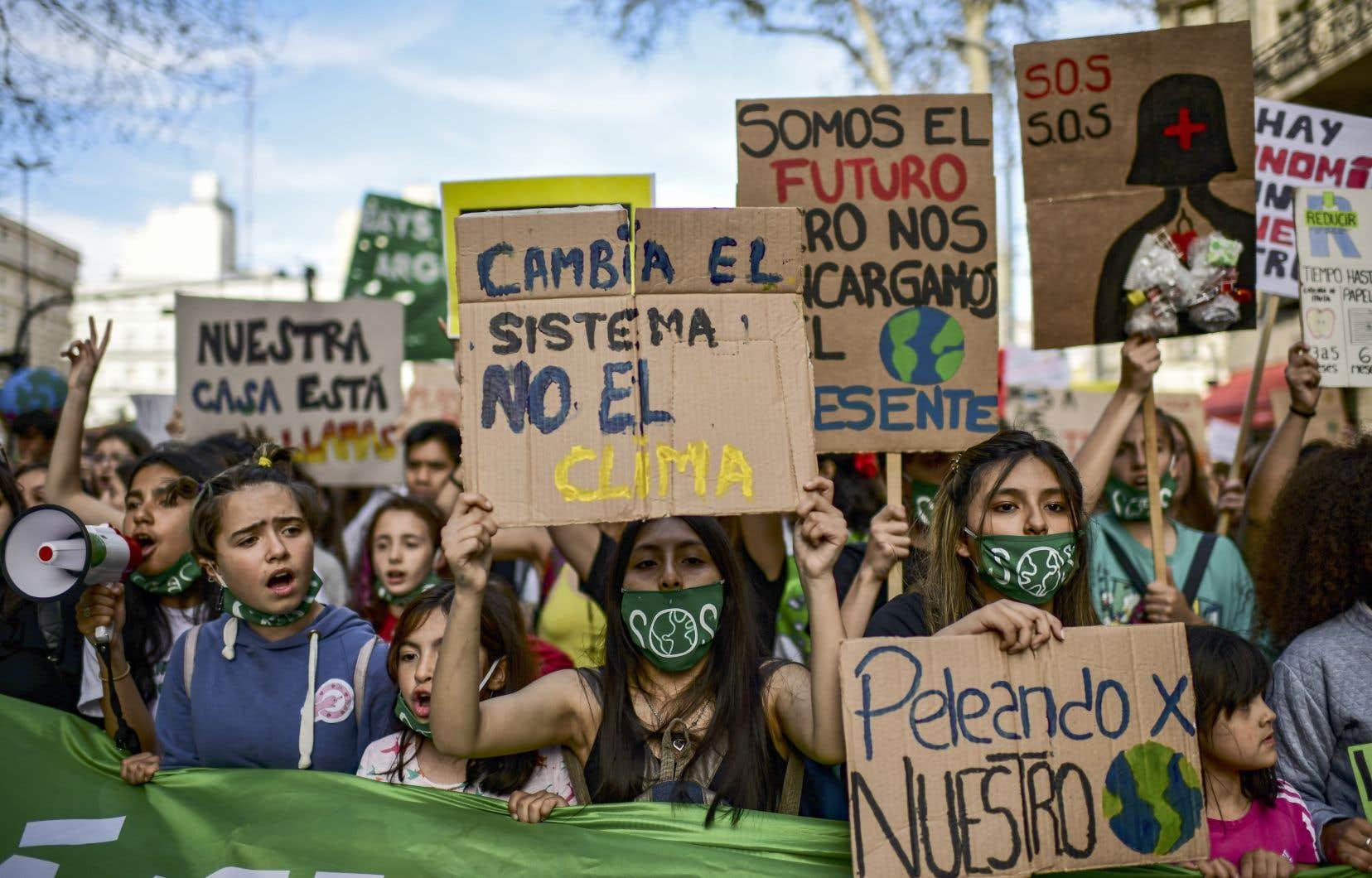 Partout dans le monde, comme ici en Argentine, des centaines de milliers d'élèves sont descendus dans la rue.