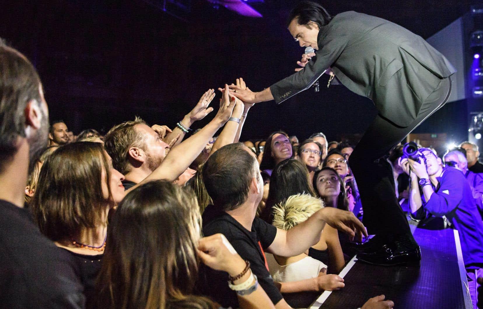On connaissait Nick Cave (sur la photo au Montreux Jazz Festival 2018), l'interprète doué et magnétique, il s'est hier soir révélé être un tribun captivant et à l'écoute de ses fans.