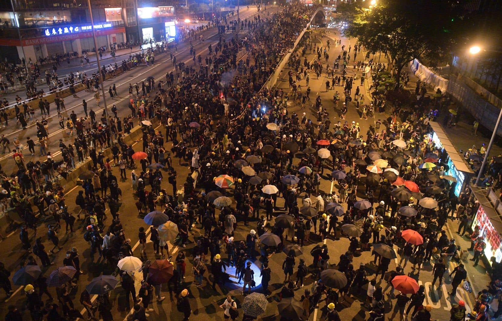 Des milliers de personnes se sont notamment réunies à l'endroit où avait débuté le 28septembre 2014 le «Mouvement des Parapluies».