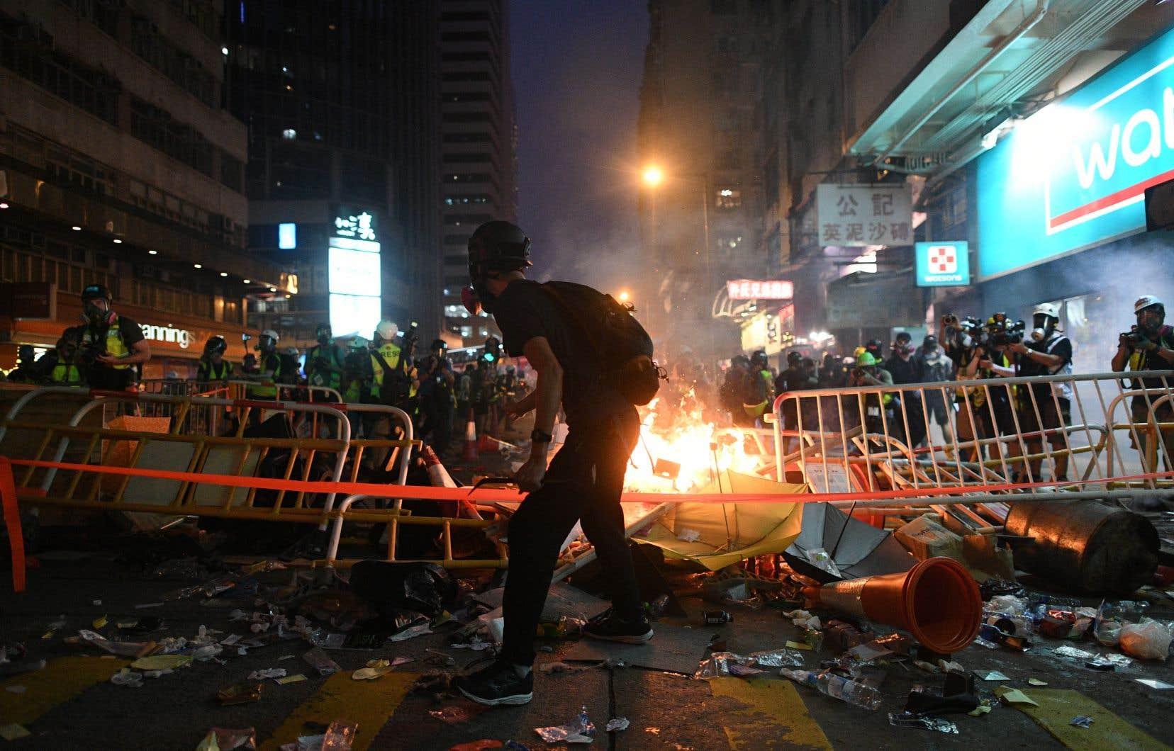 Desaffrontements ont éclaté après que des manifestants en colère ont encerclé et chahuté les forces de l'ordre qui ont procédé à des fouilles avant d'interpeller certains participants.