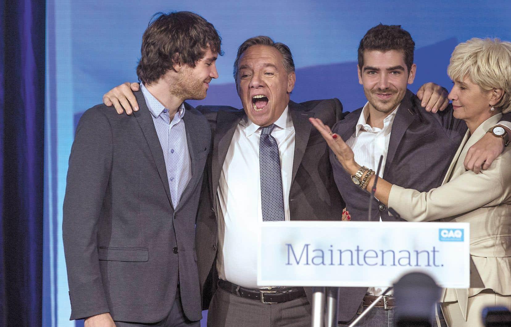 François Legault avec ses fils et sa conjointe au soir de sa victoire et de celle de son parti, la Coalition avenir Québec, en octobre 2018
