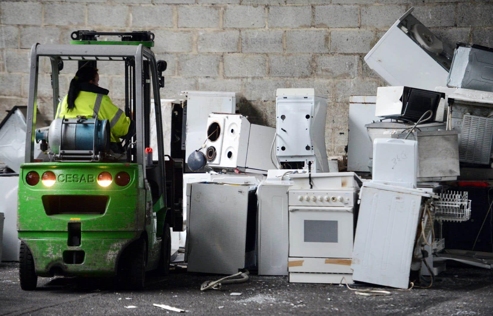 Un centre de recyclage d'appareils électroménagers à Ploufragan, en France