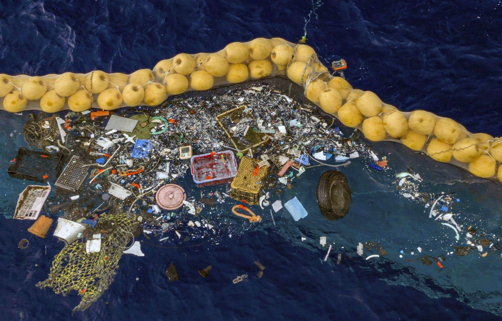 <p>L'organisation The Ocean Cleanupapublié des photos montrant une récolte de filets de pêche, de divers objets en plastique et même d'un pneu.</p>
