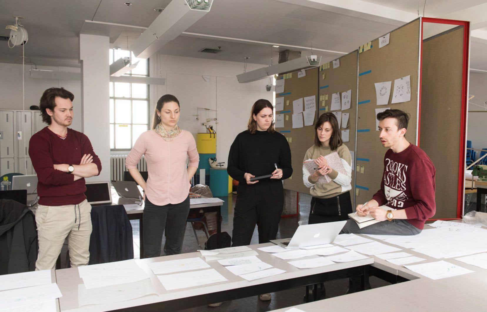 L'équipe d'étudiants lors d'une séance  de travail pour dessiner la  classe de  l'avenir. Ils présenteront  leur concept  final le 20novembre prochain.