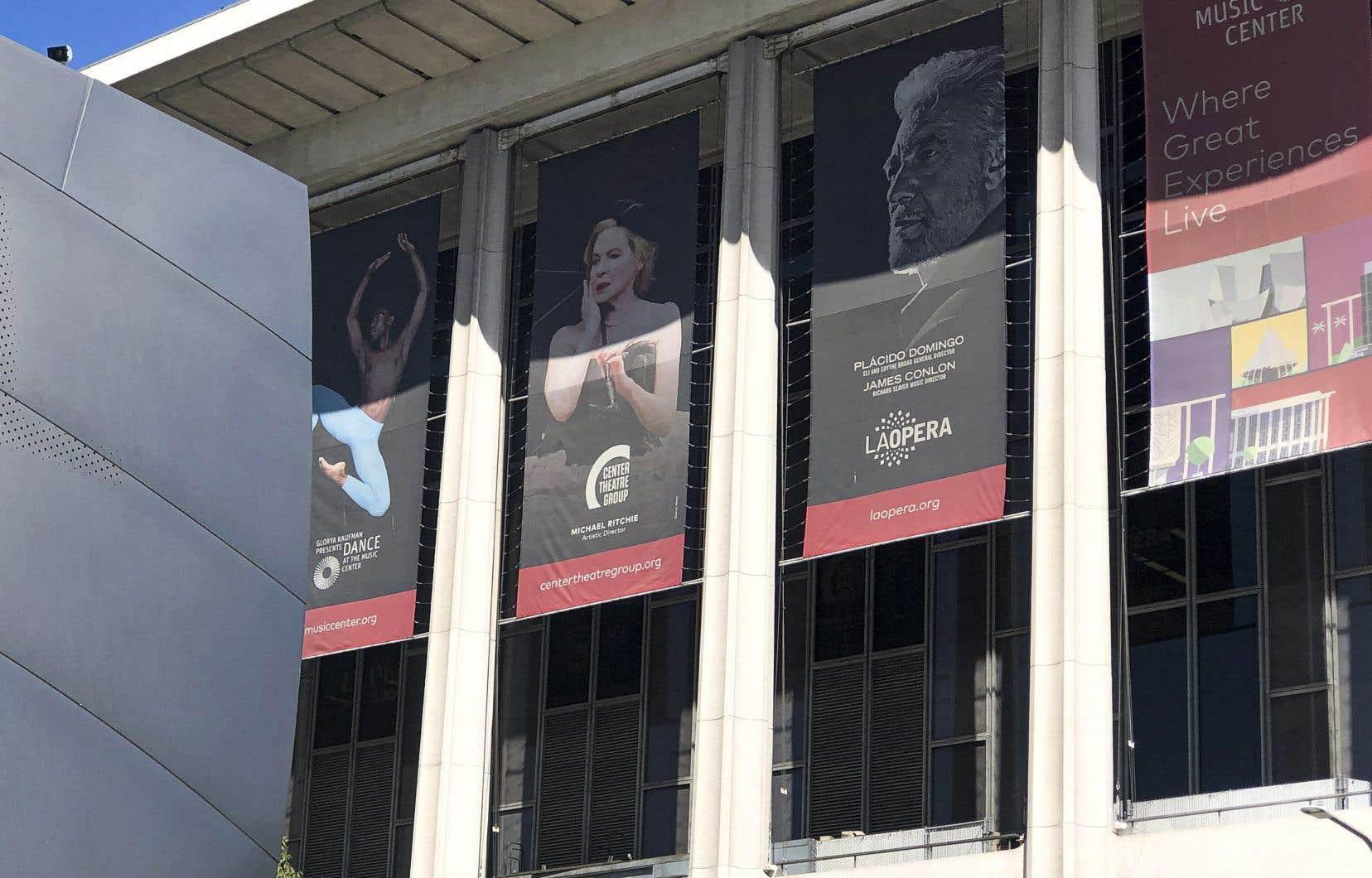 Dans un communiqué de presse, le conseil d'administration de l'Opéra de Los Angeles a remercié son ex-directeur général pour sa contribution à l'art et à la vie culturelle dans la ville, sans faire mention des allégations contre lui.