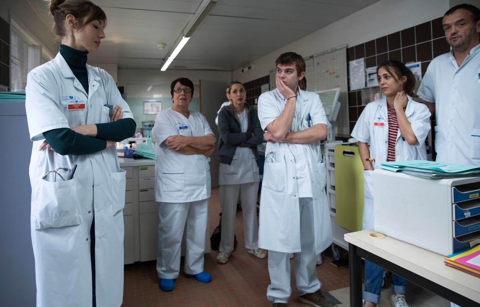 En avant-plan: Louise Bourgoin (Chloé Antovska), Zacharie Chasseriaud (Hugo Wagner) et Alice Belaidi (Alyson Lévèque) dans <em>Hippocrate</em>.